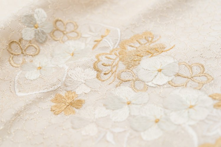 新品帯揚げ 刺繍 ねじり梅 桜 松 白金のサムネイル画像