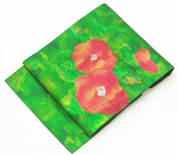 光沢のある緑の地 赤い椿のサムネイル画像