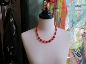 ヴィンテージ プラスチックビーズの赤いネックレス とんがり(S3402)