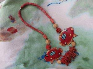 大きな赤い熱帯魚のウッドネックレス(S7864)