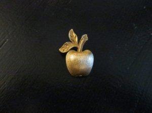 avon 小さな金のリンゴ葉っぱ二枚のブローチ(S79)