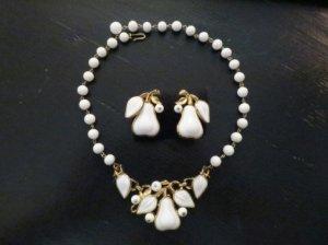 trifari ミルクガラスの洋梨のネックレスとイヤリングのセット(S7976)