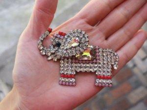 おしゃれした象のブローチ(S8051)