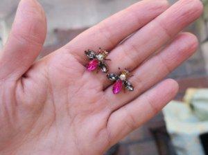 チェコビジュー 小さなハチのピアス グレー&ピンク(S8060-4)