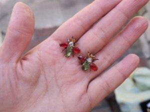 チェコビジュー 小さなハチのピアス 赤×黄緑(S8060-3)