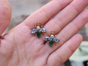 チェコビジュー 小さなハチのピアス 水色×緑(S8060-8)
