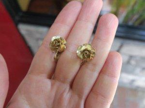 小さなゴールドのバラのイヤリング(S)