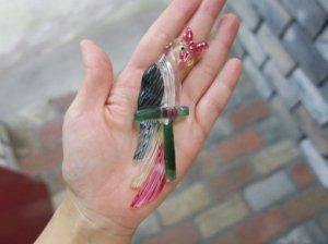 ルーサイト 羽の綺麗なインコのブローチ(S8222)