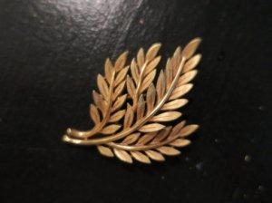 trifari 金の葉のブローチ(S8267)