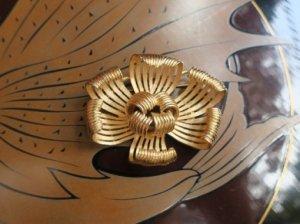 trifari ゴールドフラワーのブローチ(S8339)