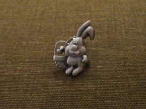 JJ ウサギのピンブローチ かご(S8303-4)