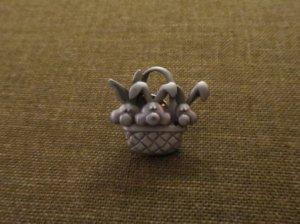 JJ ウサギのピンブローチ かごに3羽(S8303-4)