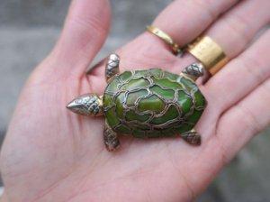 ベークライトの甲羅の亀のブローチ(S8186)