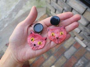 Pavone サーモンピンクの猫のイヤリング(S8371-2)