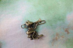 JJ トロンボーンを吹くカエルのブローチ(S8459)