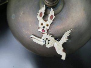 大きな白い犬のブローチ びっくり顔(S8469)