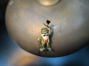 HAR 紳士なカエルのブローチ(S8488)