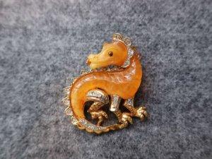飴色のドランゴンのブローチ(S8501)