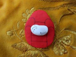 ハンドメイド ソファに座る犬のブローチ 赤(S8701)