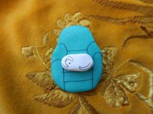 ハンドメイド ソファに座る犬のブローチ 水色(S8703)