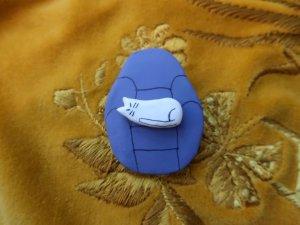 ハンドメイド ソファに座る猫のブローチ 紫(S8704)