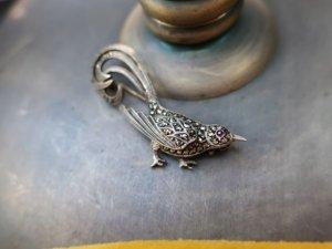しっぽがくるんとしたマーカサイトの鳥のブローチ(S8713)