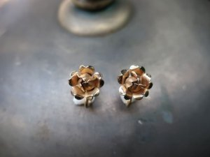 小さなバラのイヤリング(S8682-5)