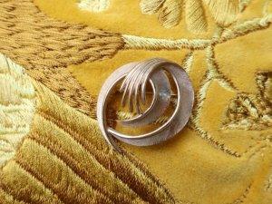 trifari すこし小ぶりのゴールドブローチ(S8266)