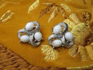 白いカボションが3つのイヤリング(S8682-8)