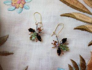 チェコビジュー 揺れる小さなハチのピアス 黒×黄緑(S8725)
