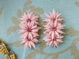 ソフトプラスチック ピンクのお花3つのイヤリング(S8445)