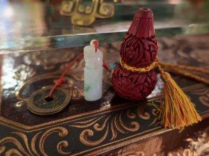 獅子の印台と堆朱のひょうたん 飾り (aaa47)