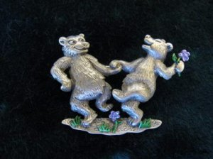 JJ ダンスをする熊ブローチ(S5277)