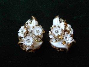 ヴィンテージ 白いお花にゴールドアクセントのイヤリング(S)