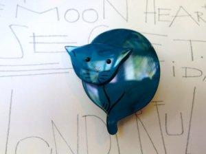 Pavone まあるい青いネコのブローチ(S6888)