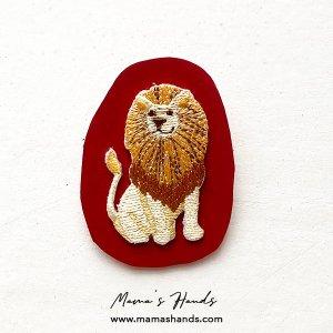 (cp-905) ライオン ヌメ革 赤 刺繍 ブローチ(ハンドメイド)