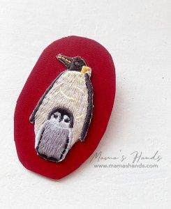 (cp-978) ペンギン ヌメ 革 赤 刺繍 ブローチ(ハンドメイド)