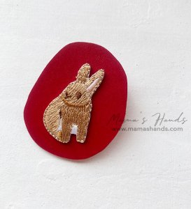 (cp-979) うさぎ ヌメ 革 赤 刺繍 ブローチ(ハンドメイド)