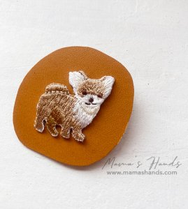 (cp-981)  犬 革 キャメル 刺繍 ブローチ(ハンドメイド)