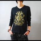 【クールなVネックに細密なデザイン。色気を引き出す1着】エンブレムプリントVネック メンズ長袖Tシャツ