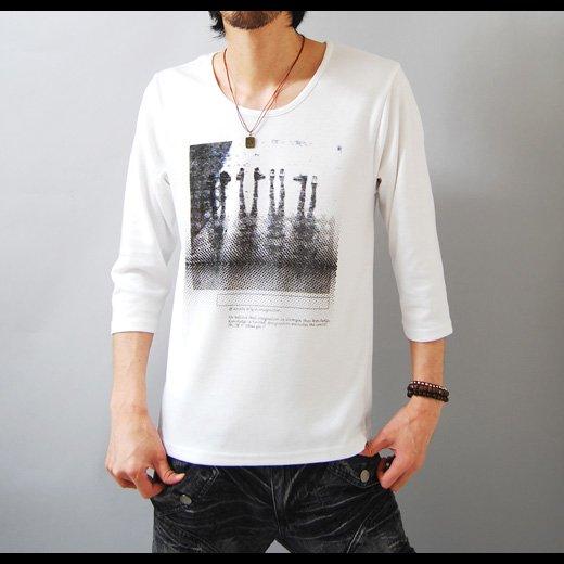 【アンニュイな雰囲気のネックラインが技アリな1着】フォトプリント・ゆる首 メンズ七分袖Tシャツ