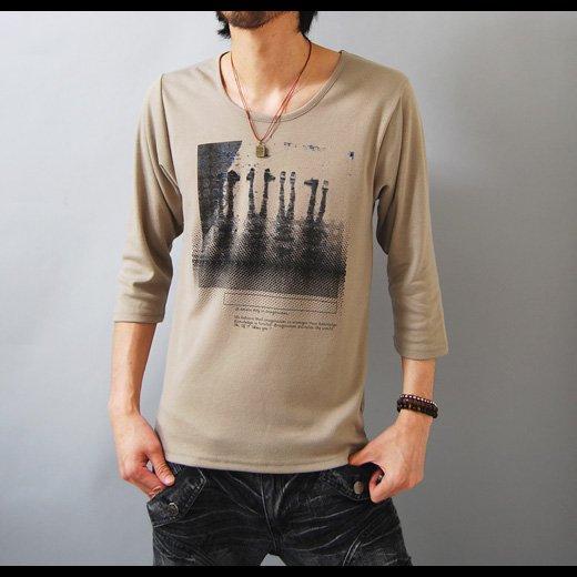 【ナチュラルな雰囲気のアースカラーは合わせやすさ抜群!】フォトプリント・ゆる首 メンズ七分袖Tシャツ