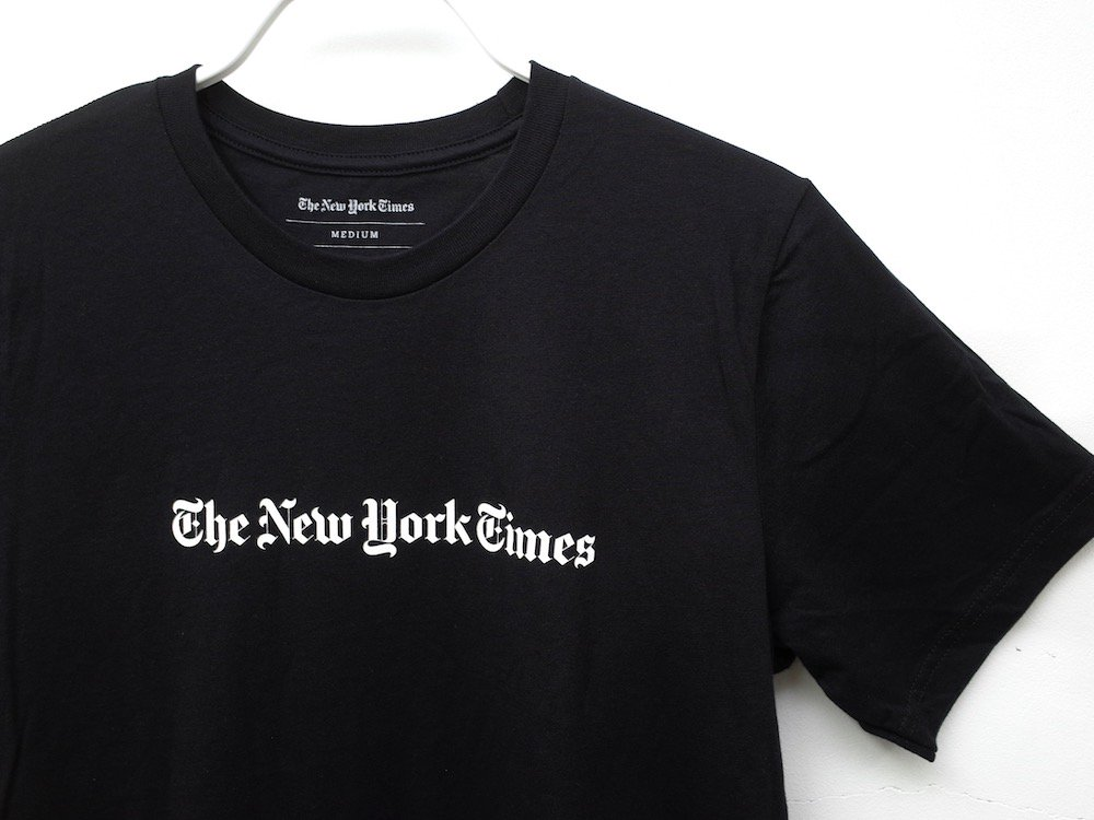 <img class='new_mark_img1' src='https://img.shop-pro.jp/img/new/icons20.gif' style='border:none;display:inline;margin:0px;padding:0px;width:auto;' />The New York Times  オフィシャル ロゴ Tシャツ black