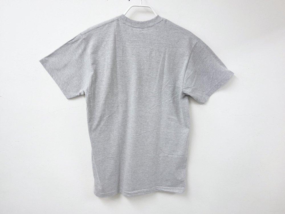 <img class='new_mark_img1' src='https://img.shop-pro.jp/img/new/icons15.gif' style='border:none;display:inline;margin:0px;padding:0px;width:auto;' />IRAK  BOX Logo Pocket Tシャツ grey