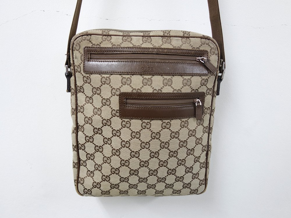 <img class='new_mark_img1' src='https://img.shop-pro.jp/img/new/icons15.gif' style='border:none;display:inline;margin:0px;padding:0px;width:auto;' />GUCCI  グッチ シグネイチャー柄 ミニショルダーバッグ MADE IN ITALY USED