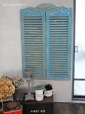 アンティークの窓のようなブルーのルーバーウィンド