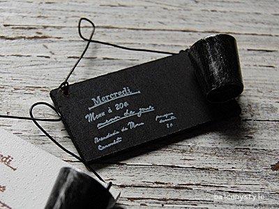 黒い木製ボードにブリキのミニチュアバケツがついたハンギングアクセサリー