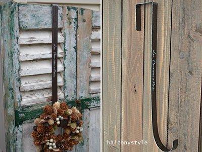 ドアの厚みを利用してリースを吊るせるアイアンフック