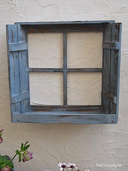 アンティークの鎧戸付き窓をイメージしたシェルフ