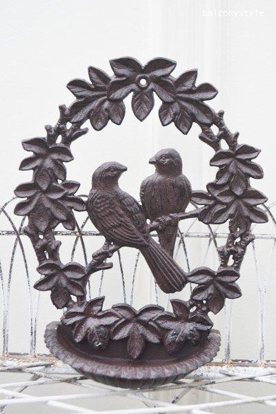 ペアの小鳥が集う巣のアイアンバードフィダー